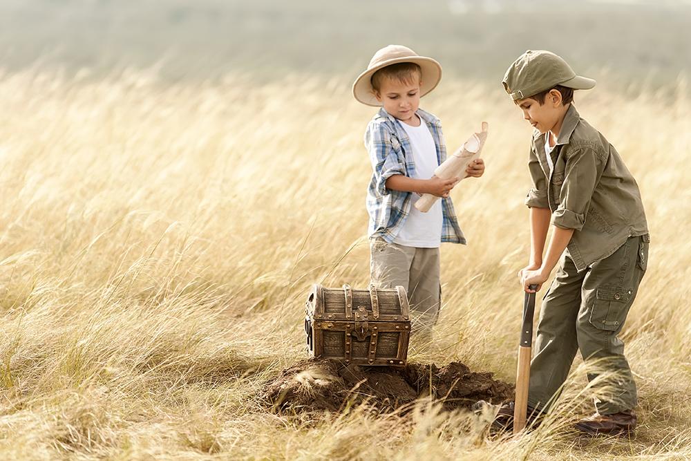 Twee kinderen die graven naar een schat